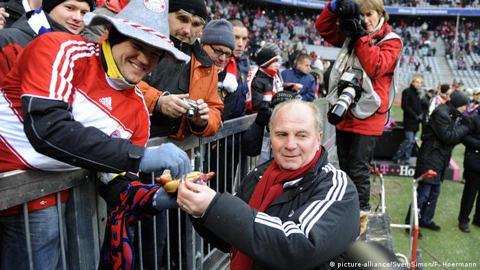 FC Bayern Muenchen-Hertha BSC: Uli Hoeneß verteilt Würstchen an Fans (picture-alliance/Sven Simon/F. Hoermann)