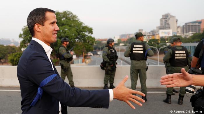 Guaidó en puente contiguo a la base militar La Carlota, Caracas.
