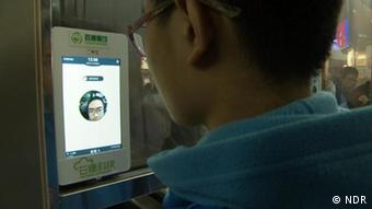 Китайский школьник перед экраном компьютера, на котором запущена программа для распознавания лиц