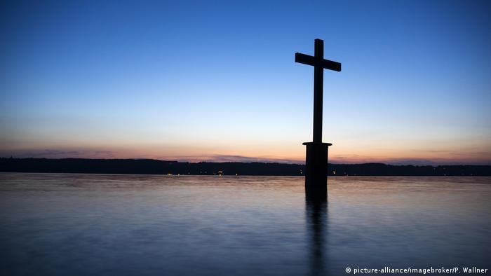 Памятный крест посреди воды на месте смерти Людвига II