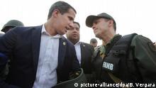 30.04.2019, Venezuela, Caracas: Der venezolanische Oppositionsführer und selbsternannte Präsident Juan Guaido (l) spricht mit einem Armeeoffizier. Soldaten haben den seit Jahren inhaftierten venezolanischen Oppositionsführer Lopez aus dem Hausarrest befreit. Nach eigenen Angaben war er gemeinsam mit Guaido und Soldaten auf dem Luftwaffenstützpunkt La Carlota. Foto: Boris Vergara/AP/dpa +++ dpa-Bildfunk +++ |