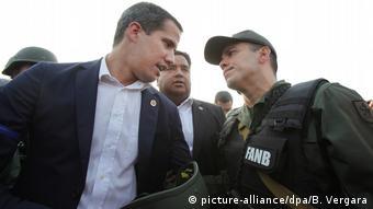 Caracas Venezuela - Juan Gaido spricht mit einem Armeeoffizier (picture-alliance/dpa/B. Vergara)