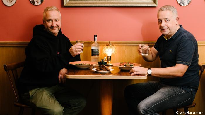 Ilja Kaplan (right) and Georgi Solanik toasting a vodko shot (Foto: Lena Ganssmann)