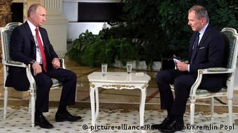 Ο Άρμιν Βολφ- εδώ σε παλαιότερο στιγμιότυπο από συνέντευξη με τον Βλάντιμιρ Πούτιν- απειλείται με συνέπειες από το FPÖ