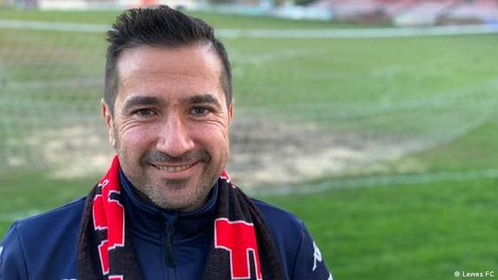 Treinador do time feminino do Jewes Fran Alonso
