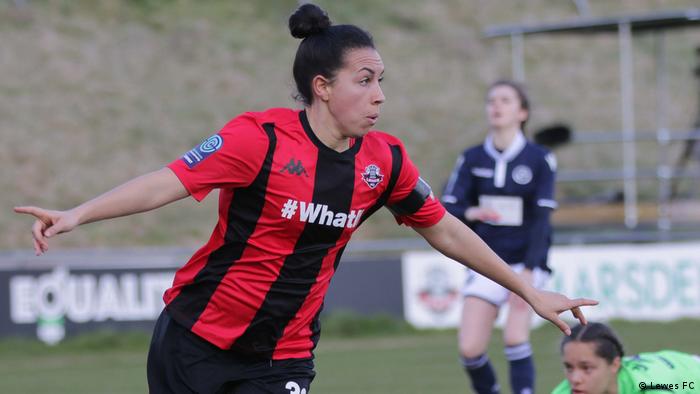 Atacante Jess King, da equipe de futebol feminino do Jewes, comemora gol com braços abertos