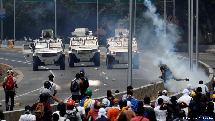 Una tanqueta como esta arrolló intencionalmente a manifestantes frente a La Carlota