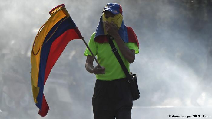 Un manifestante durante protestas en Caracas. (30.04.2019).