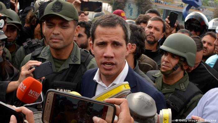 Временный президент Венесуэлы Хуан Гуайдо в окружении военных на базе Ла-Карлота в Каракасе 30 апреля 2019 года