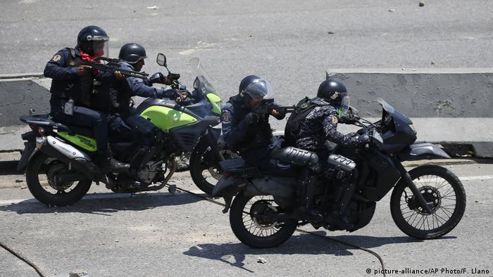 Venezuela politische Krise Ausschreitungen in Caracas | Regierungstreue Polizisten