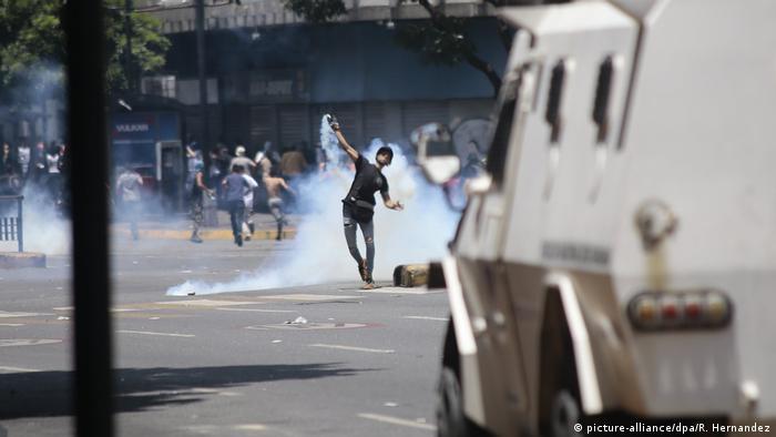Venezuela politische Krise Ausschreitungen in Caracas (picture-alliance/dpa/R. Hernandez)