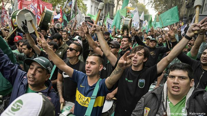 Members of the Mechanic and automotive transport Union (SMATA) sing the national anthem in a protest near Plaza de Mayo square during a partial strike against the economy policies of the government in Buenos Aires on April 30, 2019 (Getty Images/J. Mabromata)