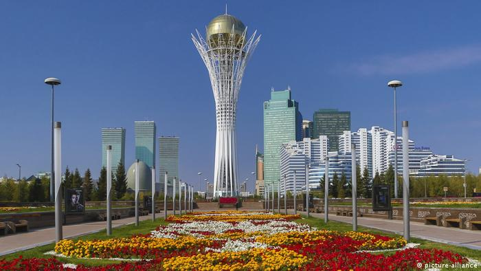 Flowers bloom against the backdrop of the Nur-Sultan skyline (picture-alliance)
