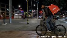 Ein Fahrradkurier für das kolumbianische E-Commerce-Versandunternehmen Rappi