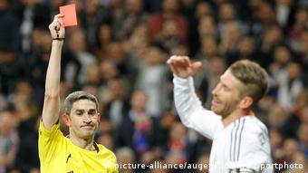 قائد ريال مدريد سيرجيو راموس متلقياً بطاقة حمراء
