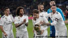 MADRID, SPAIN - DECEMBER 15: Luka Modric (L3) of Real Madrid gathers with his teammates holding his Ballon d'Or Trophy prior to the Spanish League La Liga football match between Real Madrid and Rayo Vallecano at the Santiago Bernabeu stadium in Madrid, Spain on December 15, 2018. Burak Akbulut / Anadolu Agency   Keine Weitergabe an Wiederverkäufer.