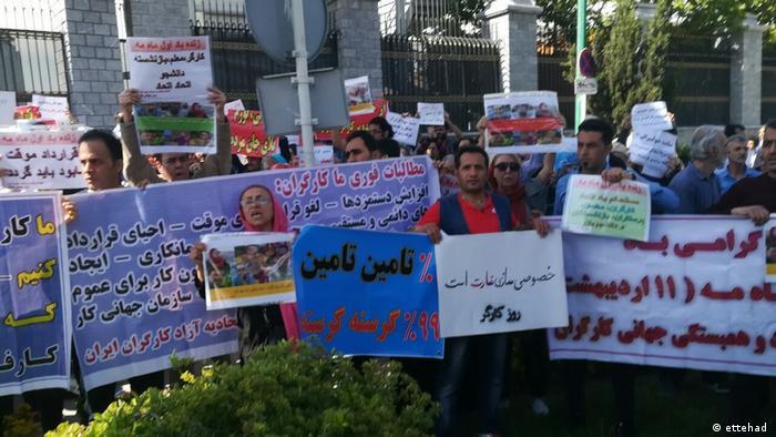 تجمع روز کارگر در مقابل مجلس به خشونت کشیده شد. شمار زیادی بازداشت شدند. خبرهایی هم از حمله به تجمع خانه کارگر منتشر شد