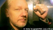 London Julian Assange Ankunft Gerichtsverhandlung Faust