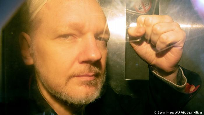 London Julian Assange Ankunft Gerichtsverhandlung Faust (Getty Images/AFP/D. Leal_Olivas)