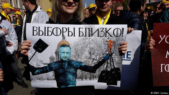 На плакате врио губернатора СПб Александр Беглов с лопатами