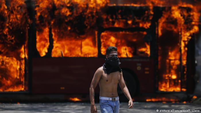Venezuela politische Krise Ausschreitungen in Caracas (picture-alliance/dpa/F. Llano)