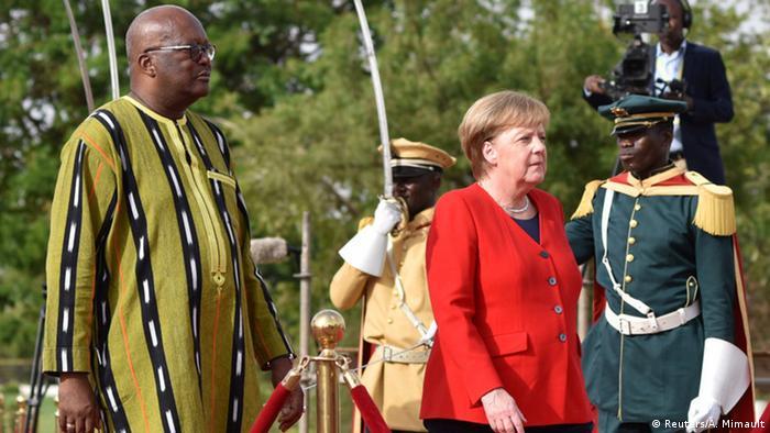 Der Präsident von Burkina Faso, Roch Marc Kaboré, und Bundeskanzlerin Angela Merkel in der Hauptstadt Ouagadougou (Foto: Reuters/A. Mimault)