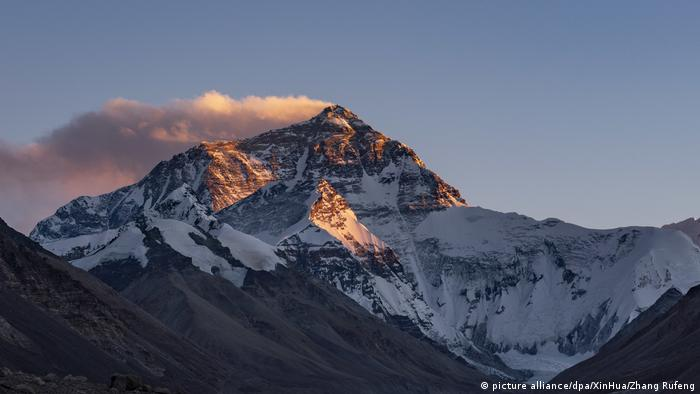 Mount Everest (picture alliance/dpa/XinHua/Zhang Rufeng)