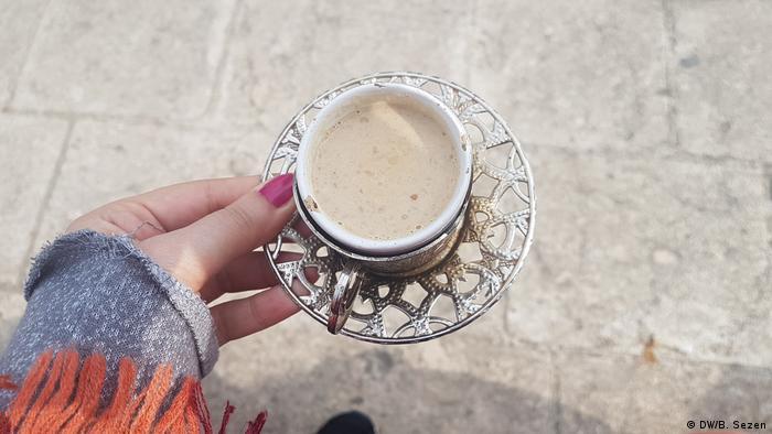 Hasankeyf kahvesi su yerine süt, şeker yerine balla yapılıyor ve içine ceviz parçacıkları atılıyor