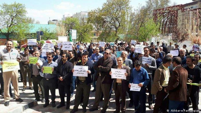 گزارشها حاکی از بازداشت سه معلم در تهران و انتقال آنان به مکانی نامعلوم در جریان تجمع سراسری معلمان در ایران است
