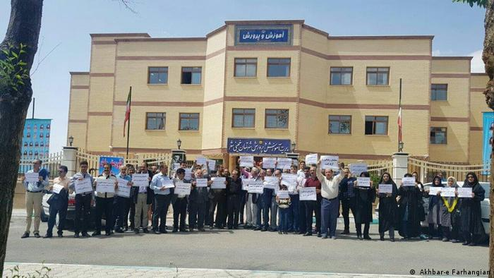 تجمع اعتراضی فرهنگیان مقابل اداره آموزش و پرورش خمینیشهر، دوم مه ۲۰۱۹