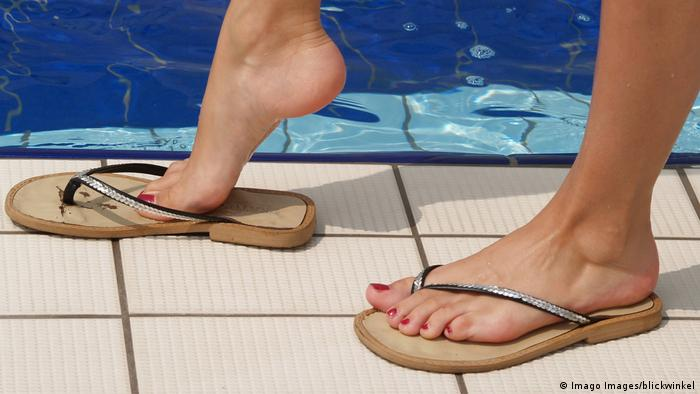Flip flops by the pool (Imago Images/blickwinkel)