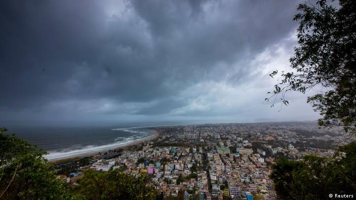 Nuvens negras dominam o horizonte da cidade de Visakhapatnam, ao sul de Puri, no estado de Odisha, no leste da Índia