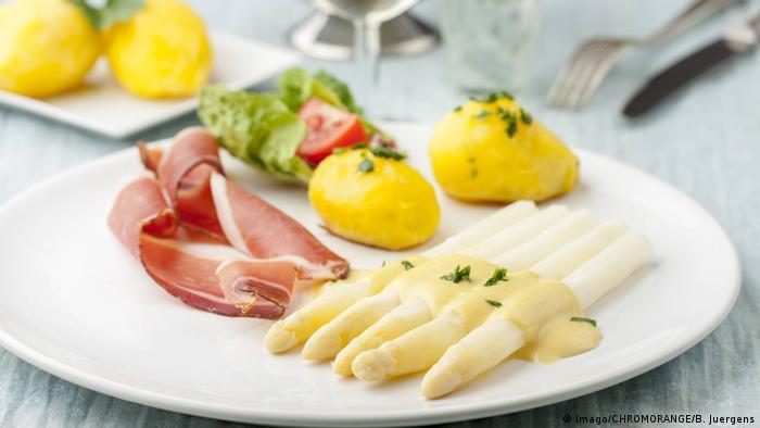 Классический вариант подачи спаржи с отварным картофелем, ветчиной и голландским соусом