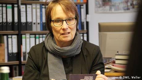Dr. Elke Gryglewski, stellvertretende Direktorin und Leiterin der Bildungsabteilung im Haus der Wannsee-Konferenz, gibt in ihrem Büro Einblicke in ihre Arbeit. Das Weiterbildungsangebot Verunsichernde Orte wurde 2007 bis 2010 mit dem Fritz Bauer Institut und zwölf Gedenk- und Bildungsstätten aus Deutschland, Österreich und Polen entwickelt, und somit das Berufsfeld der Gedenkstättenpädagogik. (DW/L. Weller)