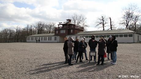 Die Dimensionen der Leiden der Opfer des Konzentrationslagers nachzuempfinden, ist nicht möglich, sagt Pamela Castillo-Feuchtmann, Pädagogische Leiterin der Gedenkstätte Buchenwald, als sie die Gruppe über den Appellplatz des ehemaligen Konzentrationslagers Buchenwald führt. (DW/L. Weller)