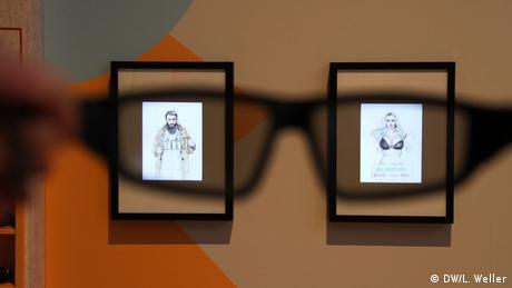 Rassismus, Vorurteile und Diskriminierung: Im Lernlabor der Bildungsstätte Anne Frank in Frankfurt am Main wird Geschichte mit aktuellen Themen verlinkt. Das pädagogische Konzept ist nah an den Jugendlichen: mit Tablets wird durch die Ausstellung geführt. Interaktiv und virtuell werden Austausch, Diskussion und Nachdenken angeregt. Das Foto zeigt den Blick durch eine spezielle Brille, die in der Ausstellung Zeichnungen von Menschen eine Ebene mit verbreiteten Stereotypen hinzufügt. (DW/L. Weller)