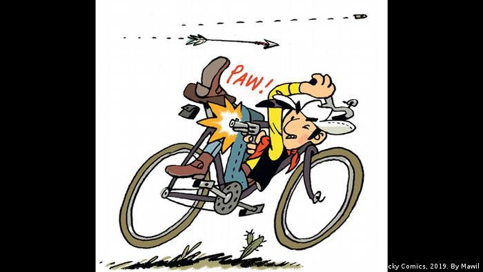 Lucky Luke verrenkt sich beim Fahrradfahren und schießt gleichzeitig hinter sich (Copyright: Lucky Comics, 2019. By Mawil)