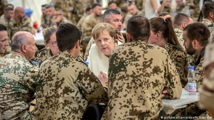 Merkel speaks with a group of Bundeswehr troops in Mali (picture-alliance/dpa/M. Kappeler)