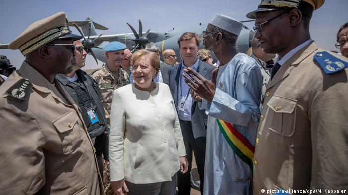 Merkel with military leaders in Mali (picture-alliance/dpa/M. Kappeler)