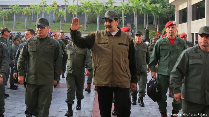 Nicolás Maduro (centro), presidente de Venezuela. A su derecha, Vladimir Padrino López, ministro de Defensa, y a su izquierda, Remigio Ceballos, comandante de las Fuerzas Armadas Bolivarianas.
