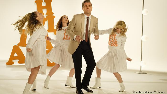Quentin Tarantino's Once Upon a Time in Hollywood Szene mit tanzemdem DiCaprio und Gogo-Girls (picture-alliance/A. Cooper)