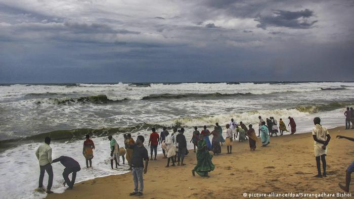 Beach in Puri region with people looking at the incoming storm (picture-alliance/dpa/Sarangadhara Bishoi)