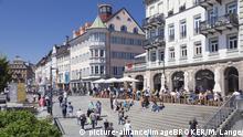 Deutschland Konstanz Straßencafes an der Marktstätte