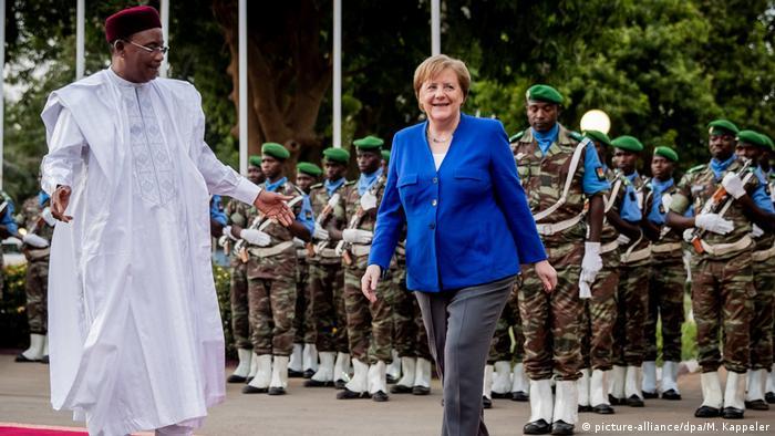 Niger Kanzlerin Merkel auf Afrikareise   Merkel und Präsident Issoufou
