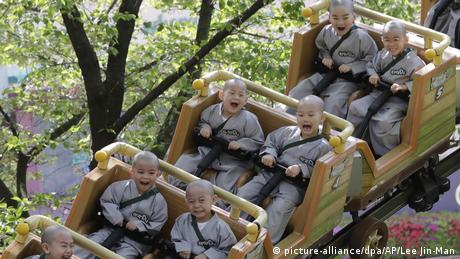 BdTD Südkorea Kinder fahren Achterbahn (picture-alliance/dpa/AP/Lee Jin-Man)