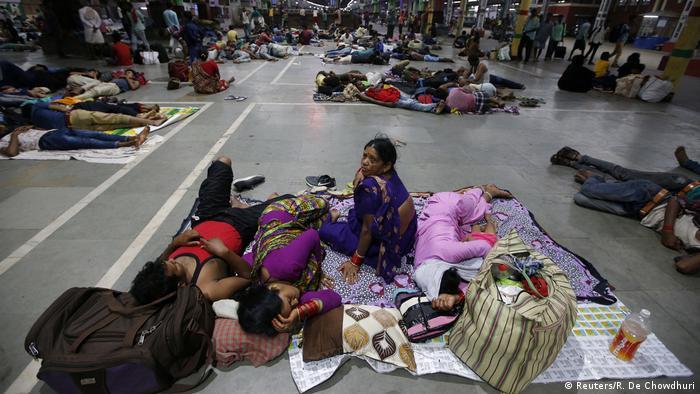 Passengers in railway station (Reuters/R. De Chowdhuri)