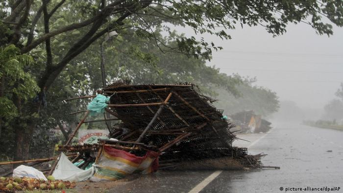 Food stall blown over (picture-alliance/dpa/AP)