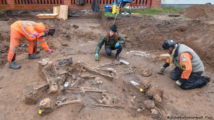 Human remains being excavated in Klessin