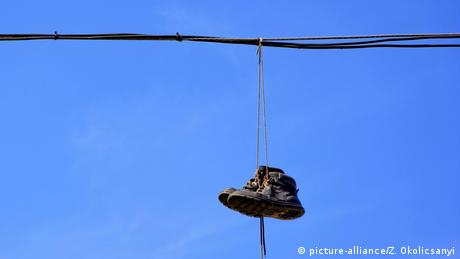 Boots hanging from electric cable (picture-alliance/Z. Okolicsanyi)