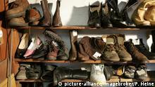 Schuhe im Regal einer alten Schusterwerkstatt, Mühldorf am Inn, Bayern, Deutschland, Europa